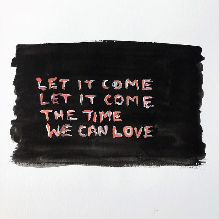 """Tim Etchells Zeichnung """"Let It Come Let It Come"""". Auf einem schwarzen Feld steht in weiß und rot """"Let it come, let it come, the time we can love"""""""